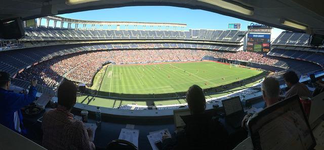 Más de 20,000 aficionados presenciaron el inicio de la era de un entrenador histórico para el fútbol estadounidense, Bruce Arena, domingo 29 de enero en el Qualcomm Stadium de San Diego, Califo ...