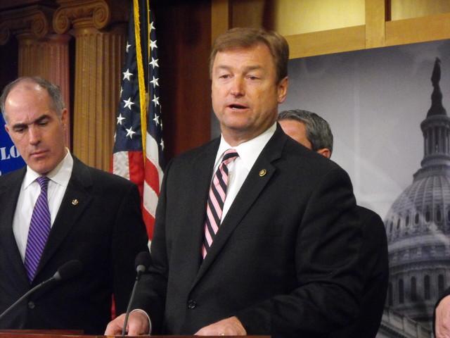 El senador Dean Heller (R-NV) es visto aquí en el Capitolio en Washington cuando hace unos días hizo una propuesta de ley para ayudar a resolver asuntos de los veteranos. Por otra parte el senad ...