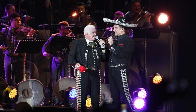 Los cantantes mexicanos Vicente Fernandez, izquierda, y su hijo Alejandro en el estadio Azteca, en la ciudad de México, el 16 de Abril del 2016, en el concierto del adiós de Vicente Fernandez. ( ...