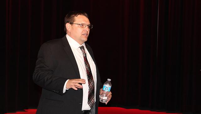 """El director de la Biblioteca de North Las Vegas, Forrest Lewis, fue el encargado de la difusión del documental, """"Latinos Americanos, 500 años de su legado"""". Foto El Tiempo"""