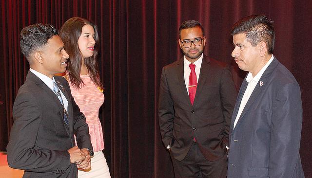 """El profesor D'Silva (izq.) e Yvanna Cancela, discutieron sobre la historia de los latinos en Estados Unidos, durante el último episodio de la serie del documental """"Latinos Americanos, 500 añ ..."""