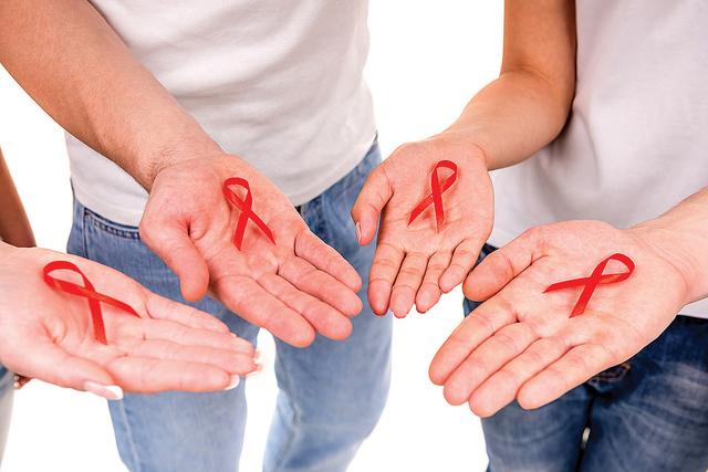 - En Estados Unidos en 2014 se presentaron 1,490 casos de VIH entre mujeres latinas, de los cuales cinco de cada seis se produjeron por contacto heterosexual; la cifra de hombres hispanos fue de 9 ...