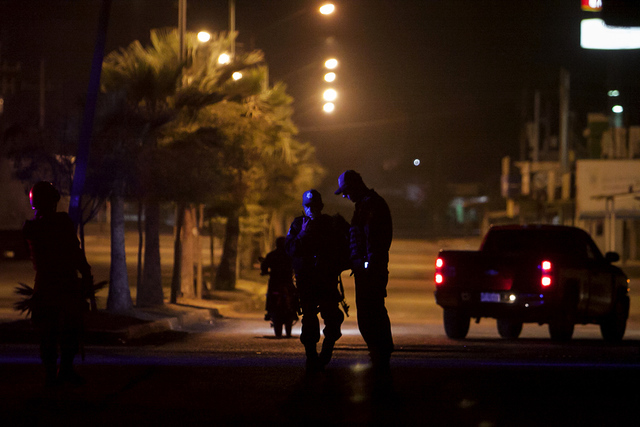 La policía estatal patrulla una calle cerca del lugar donde dos personas fueron abatidas a tiros por atacantes no identificados en Culiacán, México, el martes 7 de febrero de 2017. Más persona ...