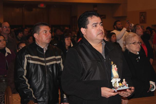 David Salas, mexicano, es creyente de la Virgen de la Caridad del Cobre y asistió a la misa en su honor, el 8 de diciembre de 2016 en la Iglesia Santa Anna. Foto El Tiempo
