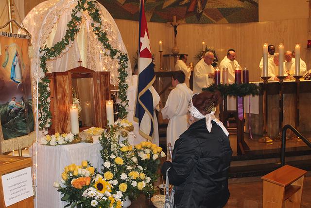 La imagen de la Virgen de la Caridad del cobre, fue donada por el papa Francisco y visitó Las Vegas, y se le rindió una misa en su nombre en la Iglesia Santa Anna, el 8 de diciembre de 2016. Fot ...