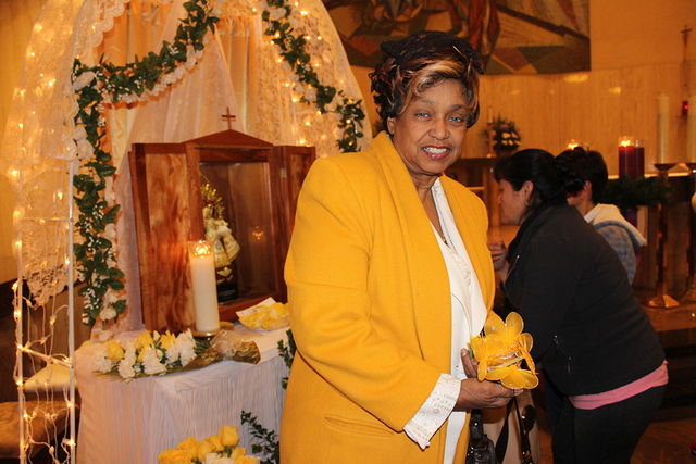 De madre cubana, Linda Watson, vistió de amarillo en la misa como es la tradición en Cuba. El 8 de diciembre se ofreció una misa en honor a la Virgen de la Caridad del Cobre en la Iglesia de Sa ...
