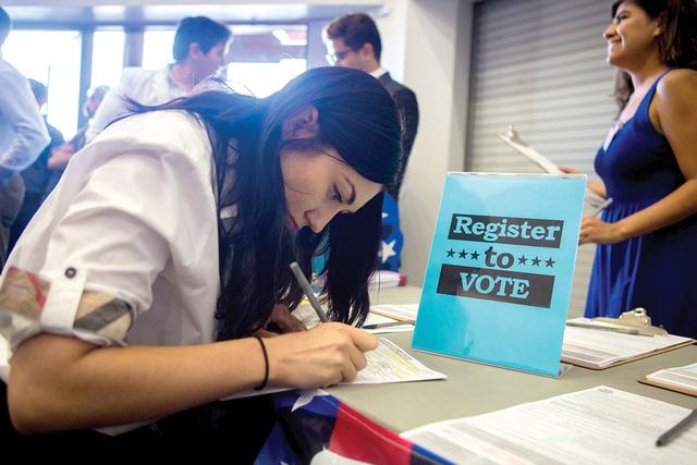 Kseniya Ibragimov, originaria de Rusia, se registra para votar luego de la ceremonia de Naturalización en el Cashman Field, el jueves 22 de septiembre, 2016, en Las Vegas. Elizabeth Page Brumley/ ...