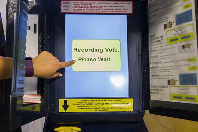 Maritza Rodríguez, coordinadora de área para Mi Familia Vota, muestra cómo utilizar la máquina de votación en un día de elecciones, el lunes 15 de agosto de 2016 en Las Vegas. Benjamin Hager ...