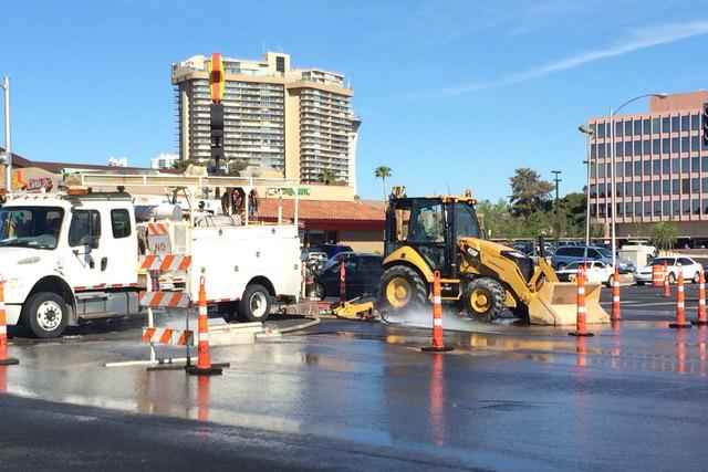 En esta foto de archivo del 26 de marzo del 2015, trabajadores del Distrito de Agua del Valle de Las Vegas reparan una fuga en la tubería de agua. Ahora el 3 de enero del 2017 el distrito dio a c ...