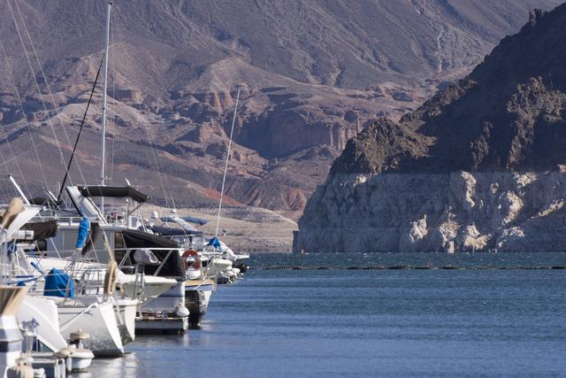 """En esta foto de archivo, del 17 de noviembre del 2016, se puede ver una parte del Lago Mead, en el """"Las Vegas Boat Harbor"""" en Boulder City. Se puede apreciar la franja blanca en las rocas, muestra ..."""