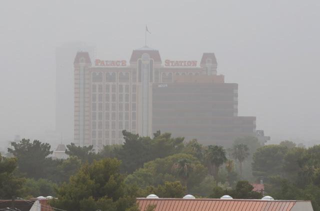 En esta gráfica de archivo se ve el hotel Palace Station, ensombrecido por el polvo procedente de Arizona, el pasado 30 de julio de 2016. Cuando esto sucede, como el pasado jueves 22 aunque en me ...