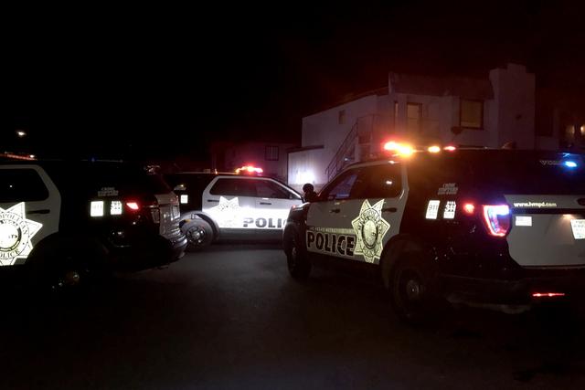 La Policía de Las Vegas investiga la muerte de un hombre después que fue balaceado en el 2221 Exeter Drive, cerca de  East Lake Mead Boulevard, la noche del lunes 2 de enero del 2017. (Rio Lacan ...