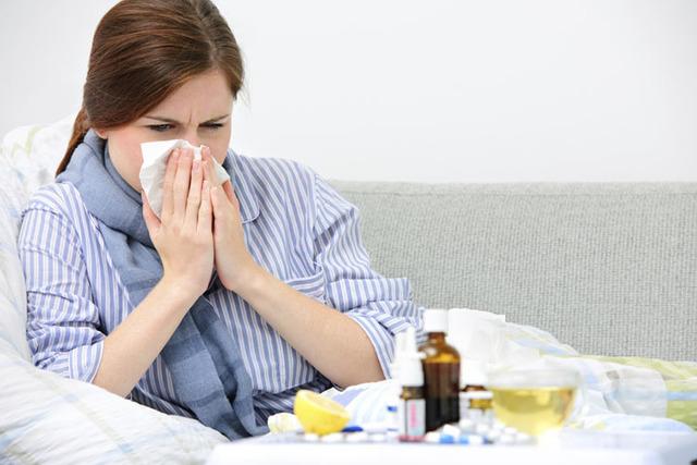 El Distrito de Salud del Sur de Nevada recomienda vacunarse y tomar otras medidas de prevención para enfrentar la gripe. Cada año cerca de 200 mil americanos son hospitalizados por la gripe. (Th ...