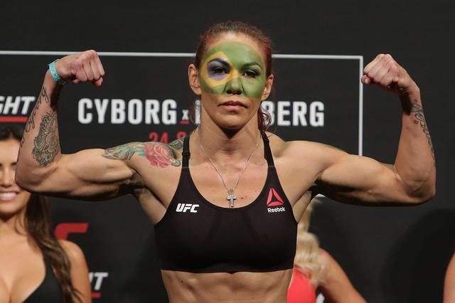 """La peleadora de artes marciales Cristiane Justino, conocida como """"Cris Cyborg,"""" en esta foto de archivo posa el 23 de septiembre del 2016, en un evento de UFC en Brasilia, Brasil. Justino juró co ..."""