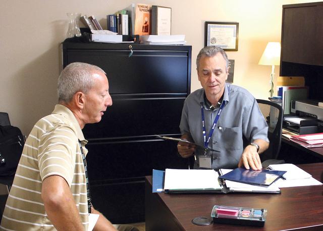 El director de WestCare sucursal Maryland Pkwy, Robert Vickrey (der.) que abrió sus puertas en diciembre de 2015, en un área donde predominan los indigentes, mismos que se han visto beneficiados ...