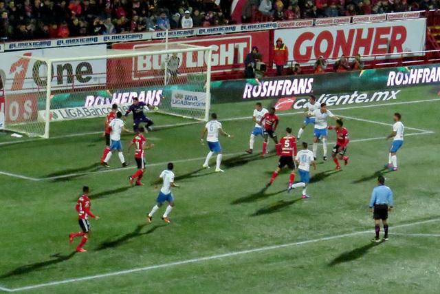 Este fue el momento en que Juan Carlos Valenzuela marcó el gol que definió el triunfo de 1-0 a favor de Tijuana, viernes 27 de enero en el estadio Caliente de Tijuana, México. Foto El Tiempo/An ...