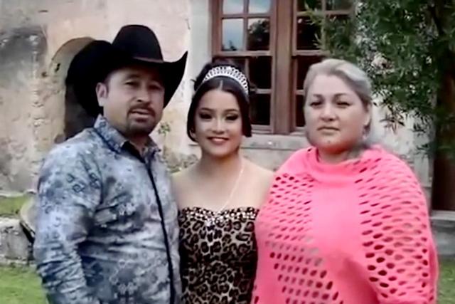 La quinceañera Rubi con sus orgullosos padres a los lados, en su pueblo de San Luis Potosí, México. (Facebook).