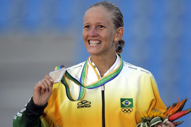 Yane Marques de Brasil muestra su medalla de oro que ganó en la competición de Pentatlón Moderno de mujeres en los Juegos Panamericano en Río de Janeiro,el lunes 23 de julio de 2007. (Foto AP  ...