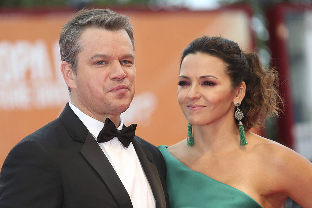 El actor Matt Damon, a la izquierda, y su esposa Luciana Barroso posan para los fotógrafos a su llegada al estreno de la película 'Suburbicon' durante la 74ª edición del Festival de Cine de Ve ...