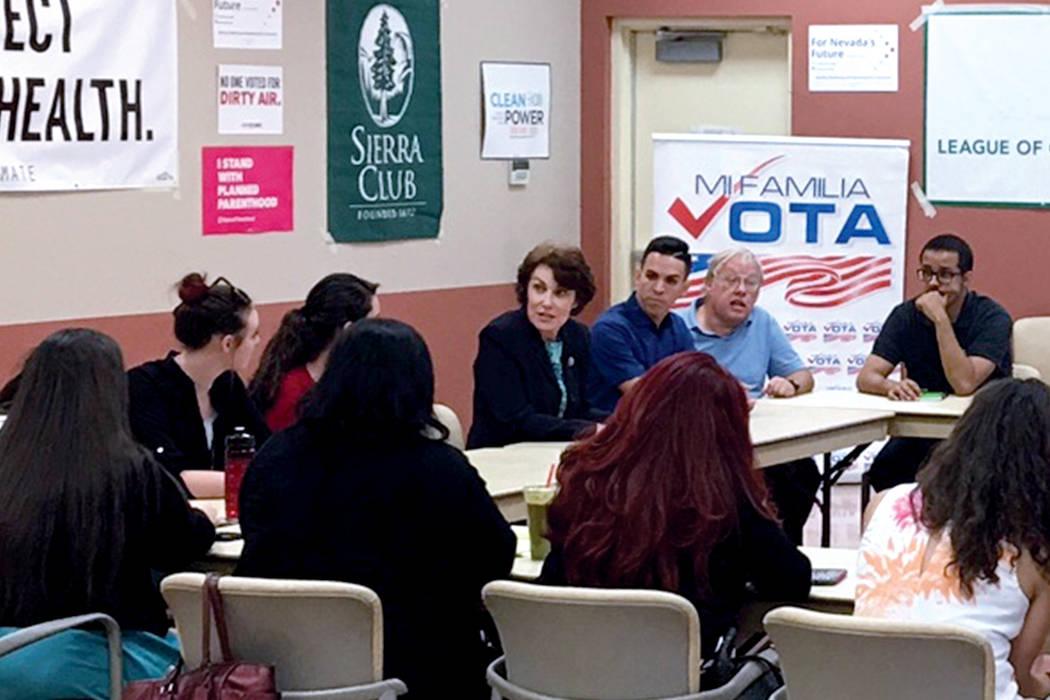 Durante una hora aproximadamente, la congresista Jacky Rosen abordó temas como inmigración y medio ambiente con representantes de organizaciones locales. Lunes 28 de agosto en el Centro Comunita ...