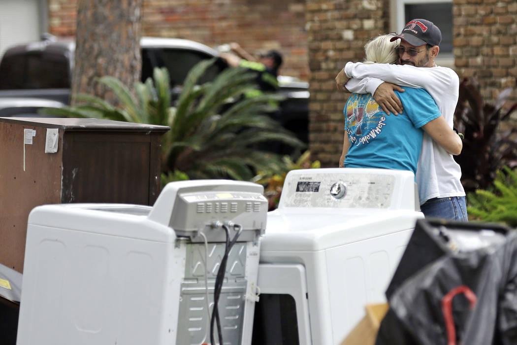 Barry Horvitz abraza a su esposa Kim mientras está fuera de su casa después de quitar los artículos dañados por las inundaciones de la tormenta tropical Harvey. Miércoles, 30 de agosto de 201 ...