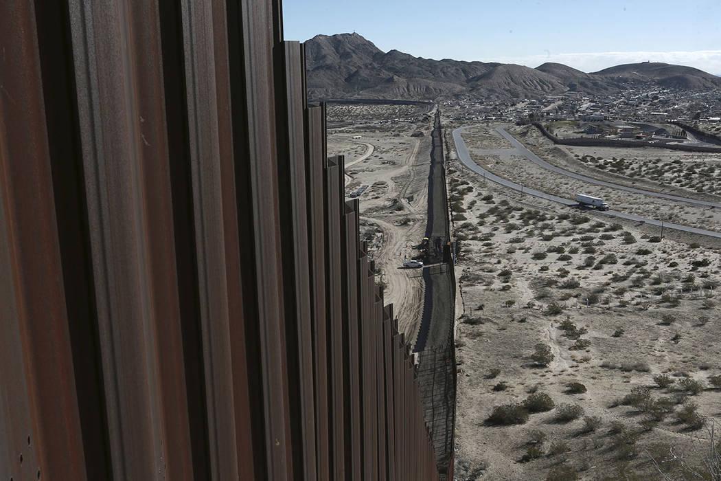 En esta foto de archivo del 25 de enero de 2017, un camión conduce cerca de la valla fronteriza México-Estados Unidos, en el lado mexicano, separando las ciudades de Anapra, México y Sunland Pa ...