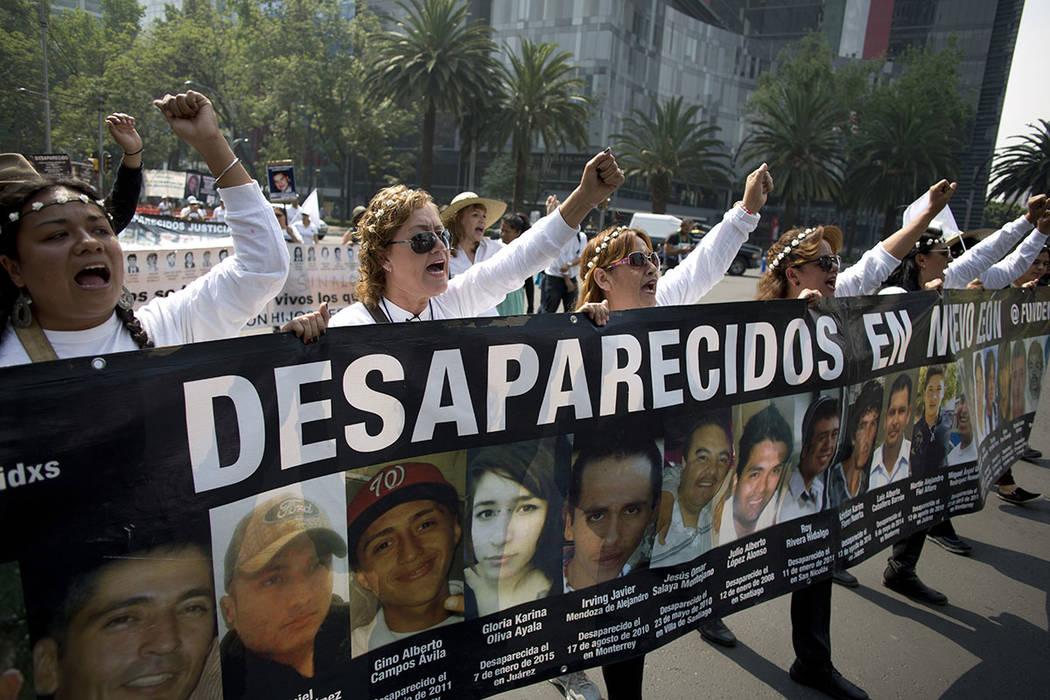 ARCHIVO- Las mujeres llevan una pancarta llamando la atención sobre los casos de personas desaparecidas, que marcan el Día de la Madre en la Ciudad de México, el miércoles 10 de mayo de 2017.  ...