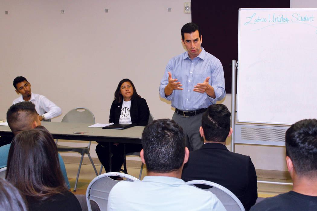El congresista Rubén Kihuen dijo a los estudiantes que él fue indocumentado cuando llegó a los Estados Unidos. El jueves 31 de agosto de 2017 en el Centro Comunitario Pearson. | Foto Cristian D ...