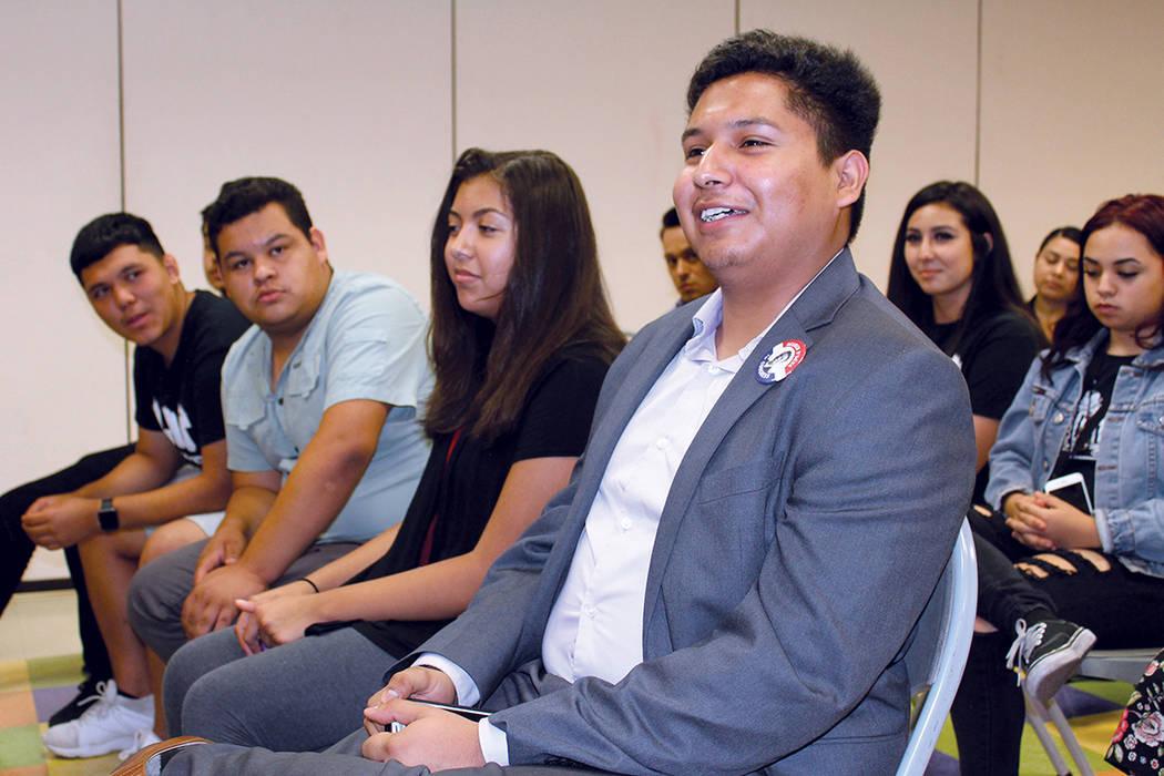 Los jóvenes estudiantes pudieron preguntar sus dudas directamente a los líderes latinos presentes. El jueves 31 de agosto de 2017 en el Centro Comunitario Pearson. | Foto Cristian De la Rosa/ El ...