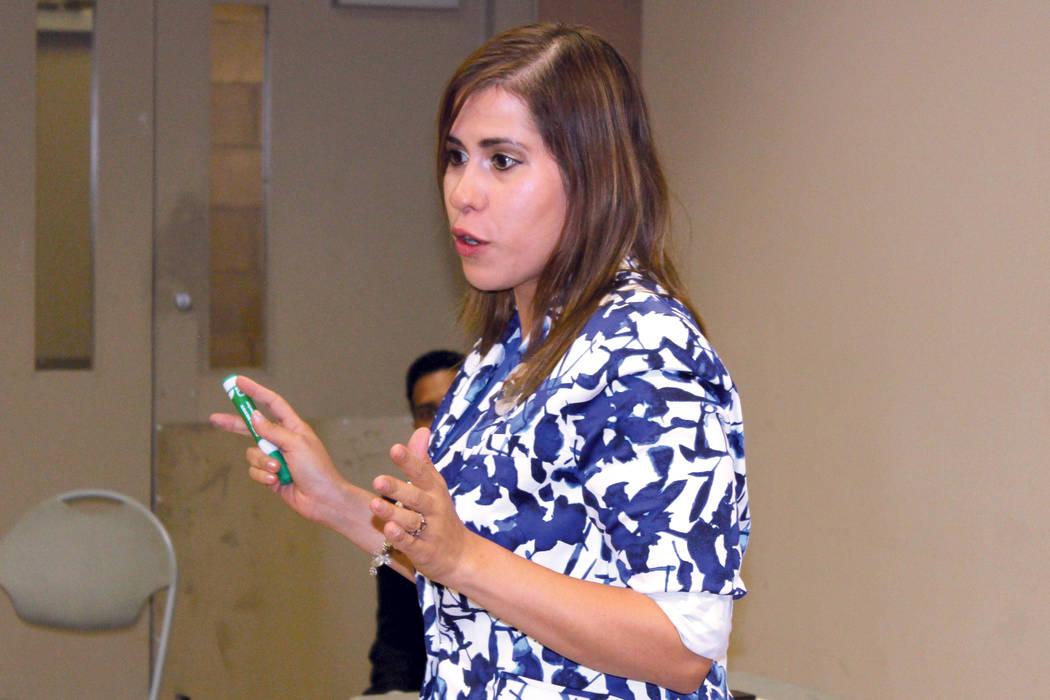 Jessica Padrón, presidenta de Latinos Unidos, invita a la gente a estar informada y no tener miedo. El jueves 31 de agosto de 2017 en el Centro Comunitario Pearson. | Foto Cristian De la Rosa/ El ...