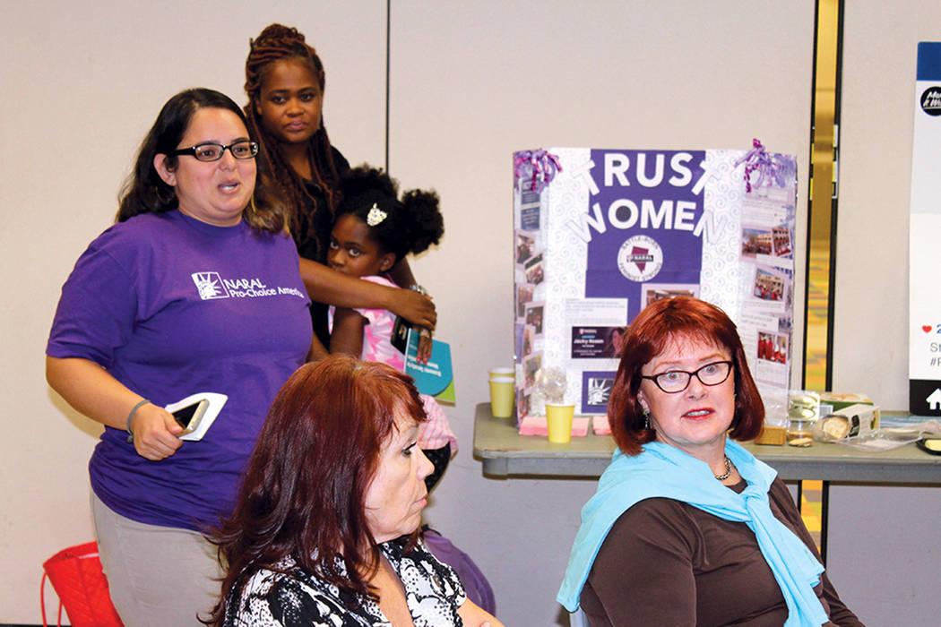 1. Cindy Hernández (de pie), representante de Naral, dijo que el tema de la sexualidad es un tabú entre la comunidad latina. Miércoles 30 de agosto de 2017 en el Centro Comunitario Pearson. | F ...
