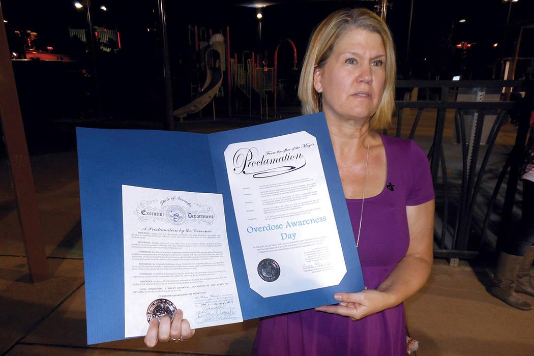 Jenny Gratzke, promotora de SNHRA, muestra las proclamas de los gobiernos de Nevada (izquierda) y de Las Vegas, que declaran el 31 de agosto como Día de Concientizar acerca de la Sobredosis. Juev ...