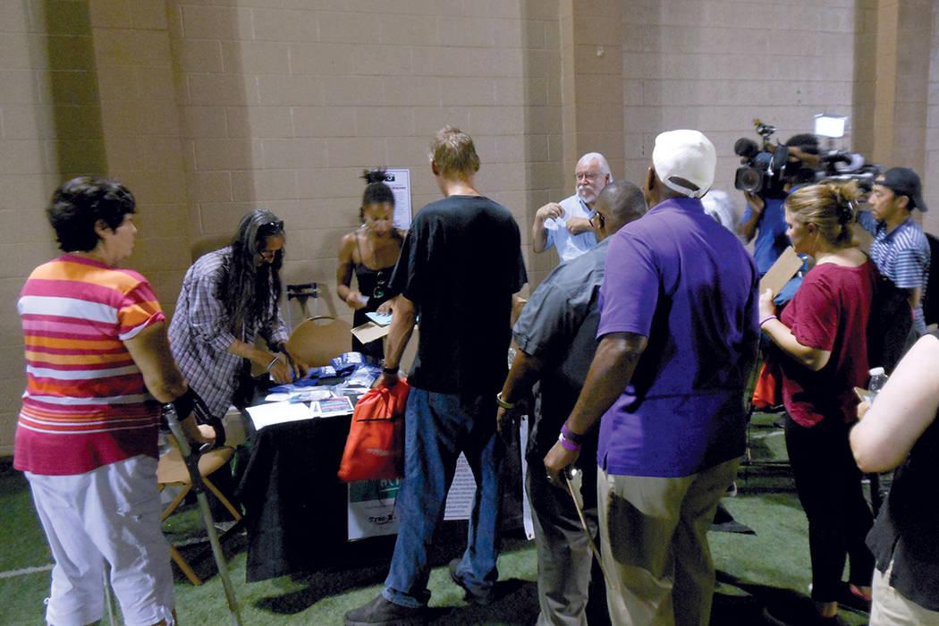 Una fila de gente se apresura a obtener un kit de auxilio para casos de sobredosis, durante el primer Día Internacional de Concientización de la Sobredosis, en el sur de Nevada. Jueves 31 de ago ...