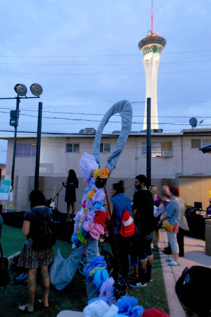 """La Torre Estratosférica, de Las Vegas Boulevard centro, se aprecia al fondo y al frente el evento """"Día Internacional de Concientización de la Sobredosis"""". Jueves 31 de agosto en el Stupak P ..."""