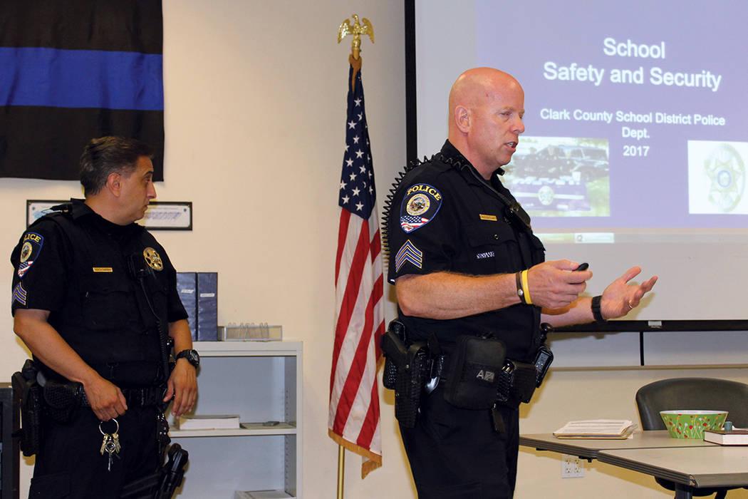 Sargentos de CCSDPD resolvieron dudas de padres de familia que asistieron al Primer Martes. Martes 5 de septiembre en la estación de Policía Metropolitana del centro de Las Vegas. | Foto Cristia ...