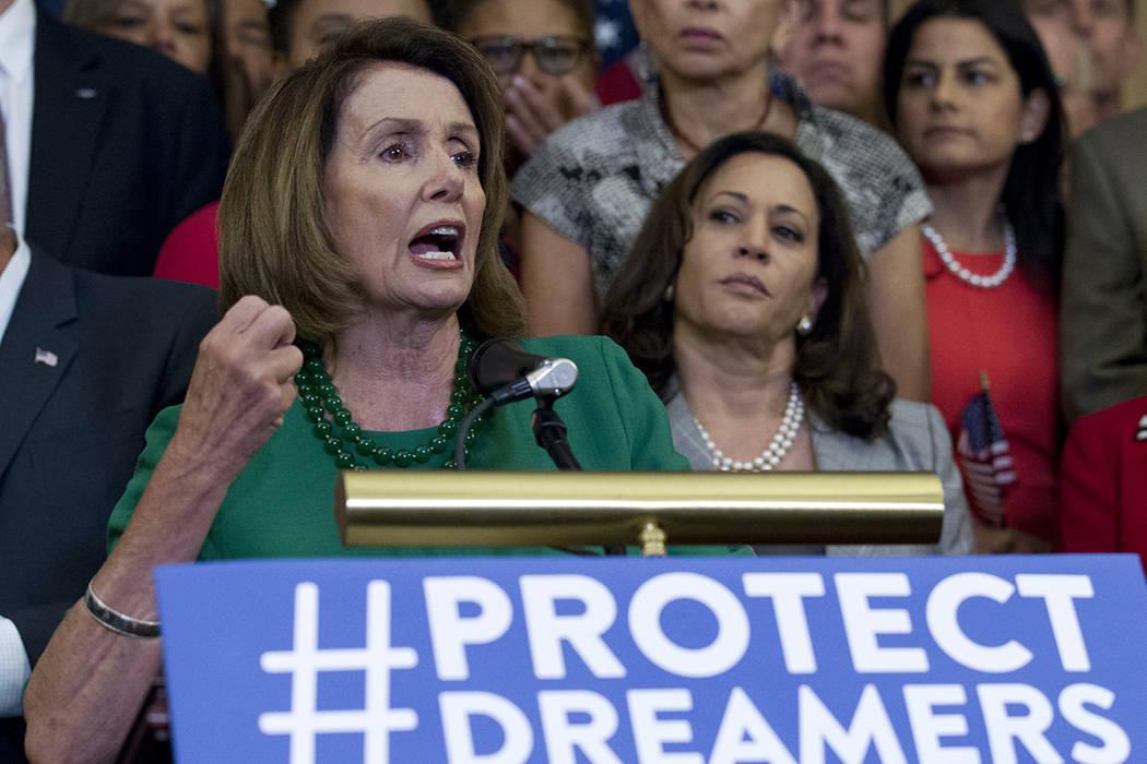 Nancy Pelosi, de la Cámara de Representantes de California, acompañada por miembros de la Cámara y los demócratas del Senado, gestos durante una conferencia de prensa en el Capitolio en Washin ...