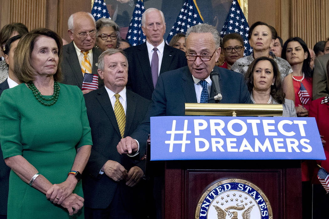 El líder de la minoría en el Senado, Chuck Schumer, de Nueva York, acompañado por el líder de la minoría de la Cámara, Nancy Pelosi, de California, y otros miembros de la Cámara y los demó ...