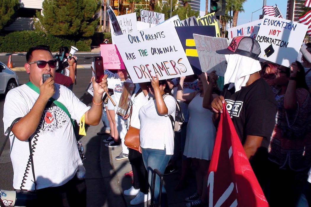 Más de 500 personas se manifestaron contra la decisión del Gobierno Federal de terminar con el programa DACA. Domingo 10 de septiembre en el Strip de Las Vegas.   Foto Anthony Avellaneda / El Ti ...