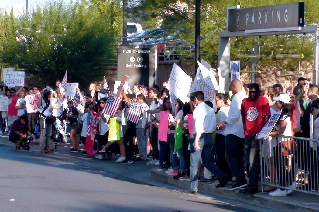 Más de 500 personas se manifestaron contra la decisión del Gobierno Federal de terminar con el programa DACA. Domingo 10 de septiembre en el Strip de Las Vegas.    Foto Anthony Avellaneda / El T ...