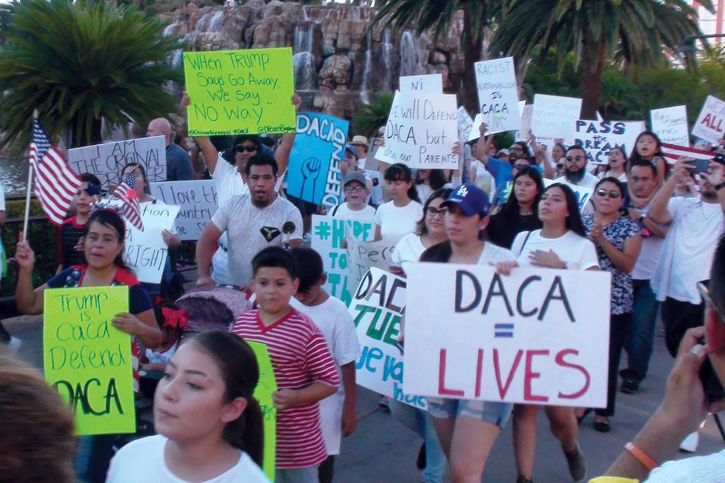Más de 500 personas se manifestaron contra la decisión del Gobierno Federal de terminar con el programa DACA. Domingo 10 de septiembre en el Strip de Las Vegas. Foto El Tiempo.