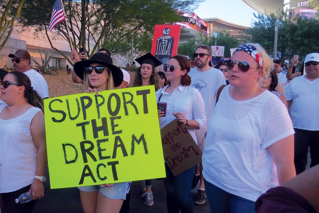DACA 4 Y 5: Personas de todos los orígenes étnicos se sumaron a favor de los 'dreamers'. Domingo 10 de septiembre en el Strip de Las Vegas. Foto El Tiempo.