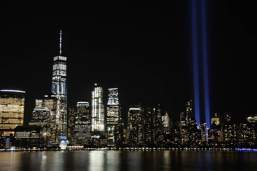 El tributo en la luz se ve en el cielo sobre el Lower Manhattan a través del río de Hudson en el décimosexto aniversario de los ataques terroristas del 11 de septiembre, lunes, 11 de septiembre ...