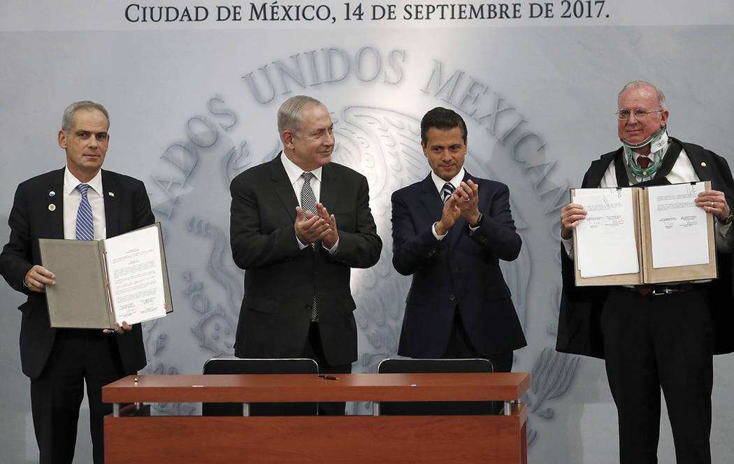 El primer ministro de Israel, Benjamín Netanyahu, y el presidente de México, Enrique Peña Nieto, aplauden después de que ambos países  rmaran un acuerdo de cooperación entre israelíes y mex ...