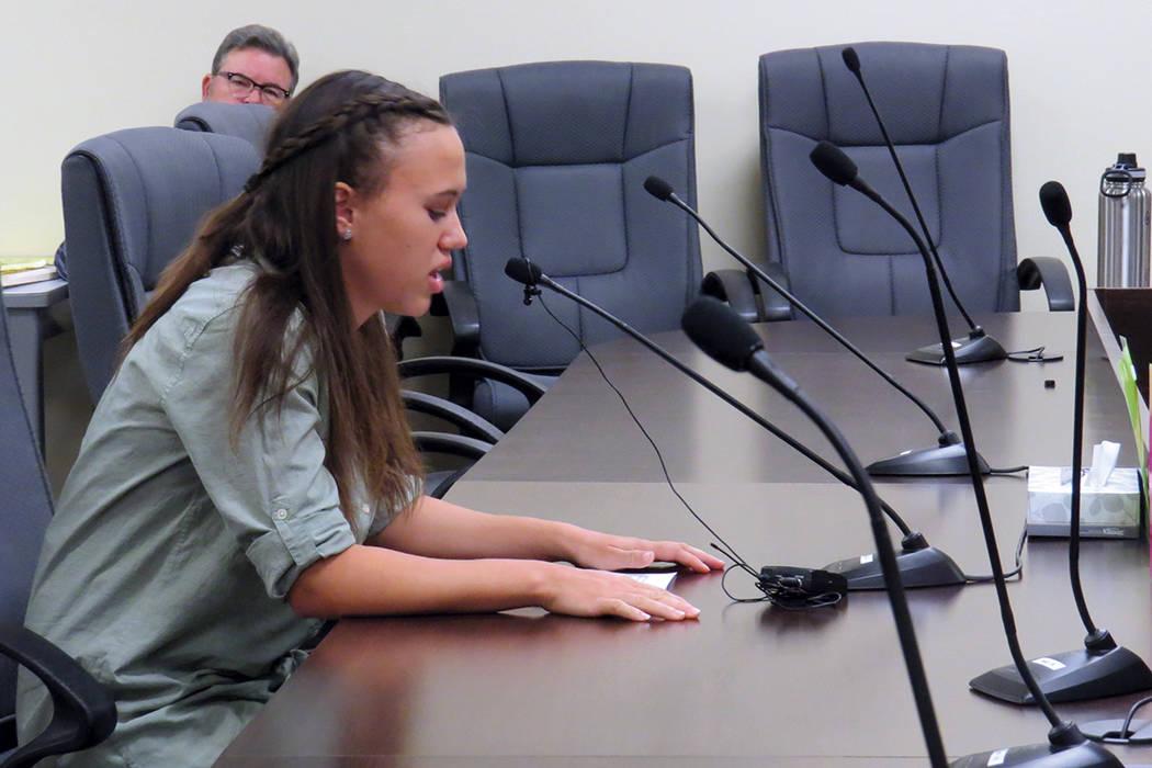 La organizadora de Sierra Club, Ana Boyd, fue una de las personas que habló durante la Sesión del Consumidor. Martes 12 de septiembre en la Comisión de Servicios Públicos de Nevada.   Foto Ant ...