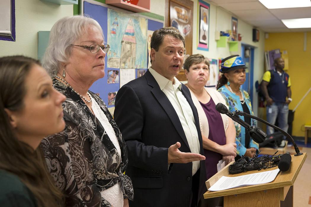 El superintendente del Distrito Escolar del Condado de Clark Pat Skorkowsky, tercero desde la izquierda, anuncia que se retirará después de que su contrato termine durante una conferencia de pre ...