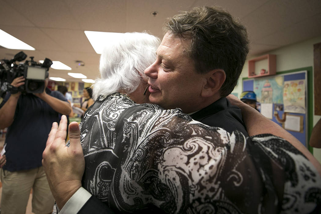 El superintendente del distrito escolar del condado de Clark, Pat Skorkowsky, a la izquierda, abraza a la miembro del Consejo de Administración de CCSD, Carolyn Edwards, luego de anunciar su reti ...