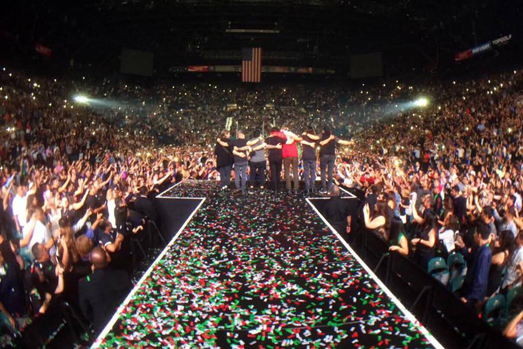 Al dejar sus instrumentos, Fher, Alex, Juan, Sergio y compañía se dirigieron al frente del escenario para agradecer el apoyo del público, mientras se escuchaba en el sonido la canción de 'Ci ...