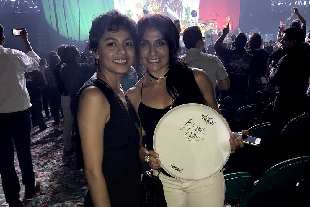 Nancy González y Dona Guzmán se quedaron con un objeto autografiado por Maná, el cual fue lanzado por los mismos integrantes de la banda al finalizar el concierto. Viernes 15 de septiembre en M ...
