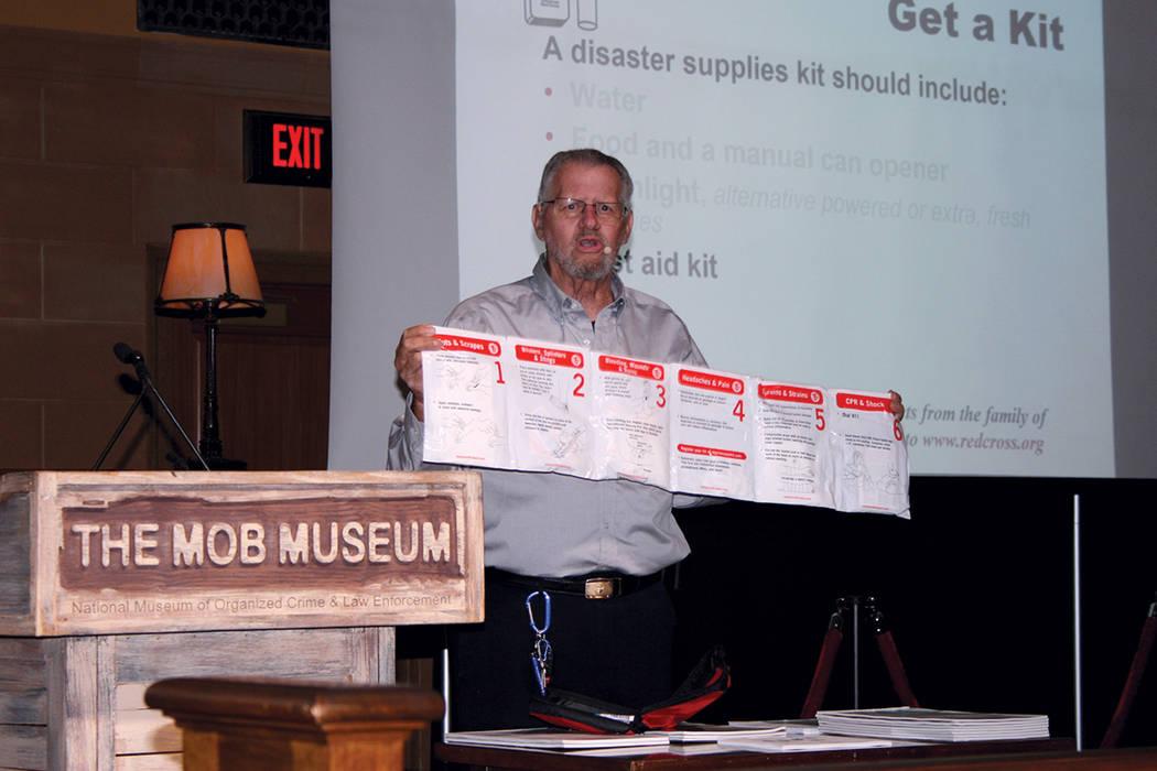 Bill Dahlquist, de la Cruz Roja Americana en Las Vegas, muestra uno de los productos de primeros auxilios que debe contener un paquete de emergencia, durante el Foro de Seguridad Comunitaria, ofre ...
