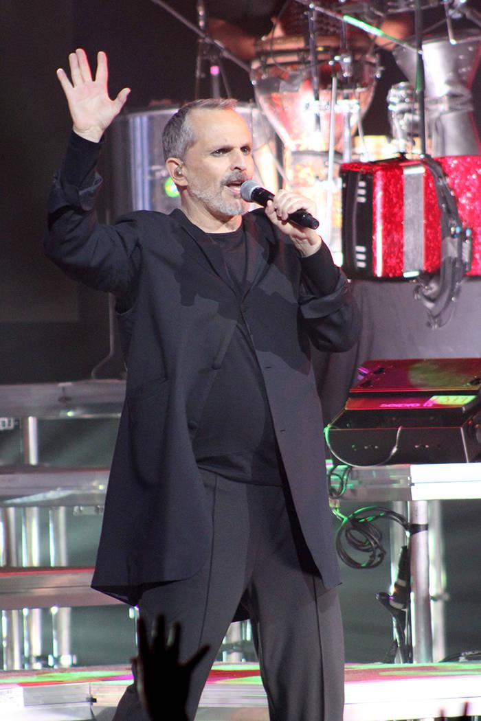 """Bosé regresó al escenario luego del grito del público de """"¡otra, otra, otra!"""", y es que faltaba una canción, """"Amante bandido"""", probablemente su más grande éxito en su carrera musica ..."""